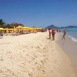 La spiaggia e gli ombrelloni del Free Beach