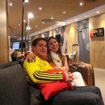 meu filho e sua namorada no hall do hotel