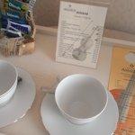 La habitacion tiene una mesita con juego de cafe, incluida cafetera.