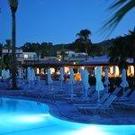 Hotelanlage mit Poolbar
