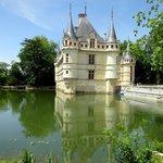 Reflets du château dans ses douves..
