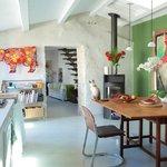 La cuisine, toute en lumière, où les petits déjeuners sont servis par Dorothée en hiver