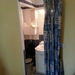 Un rideau en guise de porte de salle d eau!! Autant dire que les toilettes sont directement dans