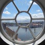 круглое окно на лестнице в доме, где жил Джеймс Кук