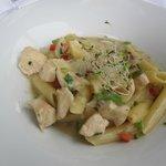 Fra bufféten-pasta lagd med vårt valg av tilbehør og saus