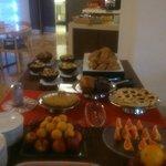 La colazione a buffet, con le torte, i biscotti e la crostata !!
