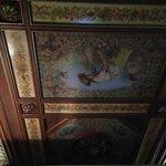 Het unieke beschilderde plafond uit de vorige eeuw.