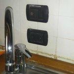 le prese dietro i rubinetti sono proibite da molti anni,spostarle non costa molto.
