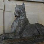 скульптура собаки в замке