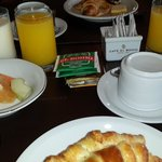 desayuno con autoservicio muy rico