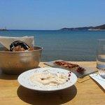 tarama & poulpe sur salade de câpre de Sifnos