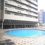 uma boa piscina para os padrões de hoteis centrais