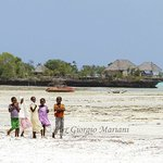 Pongwe Bay - Low tide and childrens