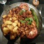 Poulet servi avec des pommes de terres sautées.
