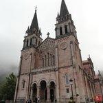 Frente de la Basílica de Santa Maria la Real de Covadonga