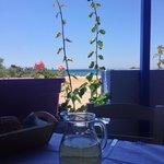 Deliziosa terrazza su spiaggia semi deserta. Cucina tipica greca. Buona qualità , prezzi nella n
