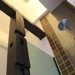 ห้องน้ำแบบ Rain Shower และฝักบัวในห้อง Deluxe Balcony