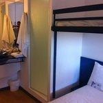 Раковина, кровать и душ - всё очень компактно