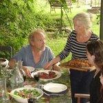 een heerlijke vegetarische maaltijd, buiten onder het prieel