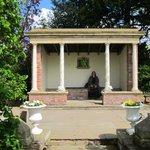 Mini-pavilion (?) for wedding pics etc
