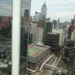 前に高層ビルが見えます。