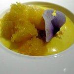 Crema de mango con granizado de mango y naranja.  Vino Ses Nines.