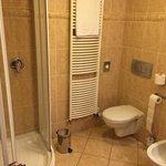 łazienka - strona z kabiną prysznicową