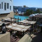 """Sicht von der """"Loungeebene"""" auf Poolbereich"""
