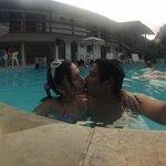 Eu e minha esposa na piscina de fundo os apartamentos