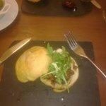 hamburger fromage de chevre avec confiture de framboise, et hamburger langostinos sauce moutarde