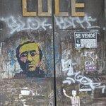Lucio impresso su una porta nel barrio del Carmen