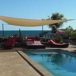 Les transats, la piscine le soleil et la mer ...