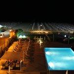 Pool und Strand bei Nacht