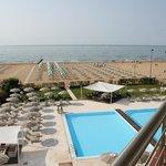 Pool und Strand vom Zimmer aus