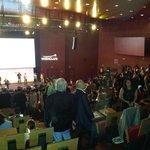 Empezando la reunión de negocio en el Auditorium del Hotel