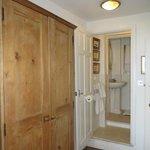 grande armoire et salle de douche au fond