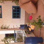 des roses sur notre table extérieur