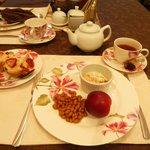 朝食。苺マフィン、メープル風味のビーンズ、ベーコンなど。