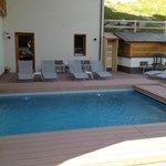 vue extérieure de piscine