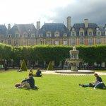 Parisienses aproveitando o final da tarde