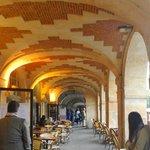 Cafes e galerias de arte embaixo dos predios da praça