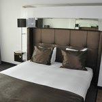 Bequemes Bett mit guten Matratzen zum Schlafen