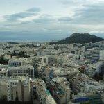 Esta é a vista que se tem de Atenas da cobertura do hotel, onde fica a piscina.