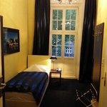 Boxspring-Bett im Einzelzimmer