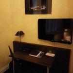 Schreibtisch / TV Seite des Zimmers