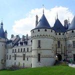 Le château s'élève majestueusement