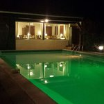 Vue du restaurant,  piscine éclairée
