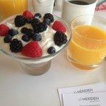 Шикарный йогурт с орехами мюслями и свежей ягодой на завтрак