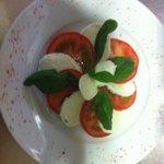 Mozarella búfala, albahaca fresca y tomate, de lo más refrescante