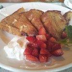Pain doré et fraises